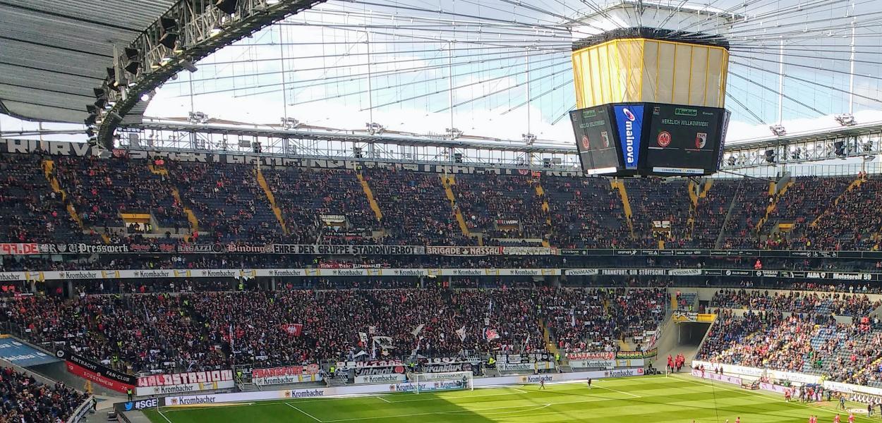 Fußballstadion Frankfurt - Zwischenmenschliche Kommunikation und Maschinenkommunikation